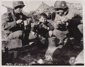 3rd Infantry Division soldiers share their meal.